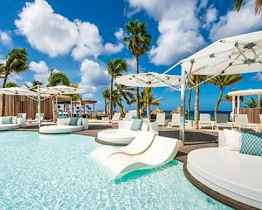 Van der Valk Plaza Beach & Dive Resort Bonaire loungebedden